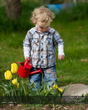 Wilmslow-Family-Photographer-child-gardening.jpg